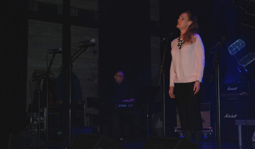 Amerikanske Eileen Engebretsen bor i Ørje, har musikkutdannelse fra flere universiteter og har sunget opera på noen av de største verdensscenene. I rådhusets kultursal sang hun et par vakre sanger og viste hva som bor i henne.