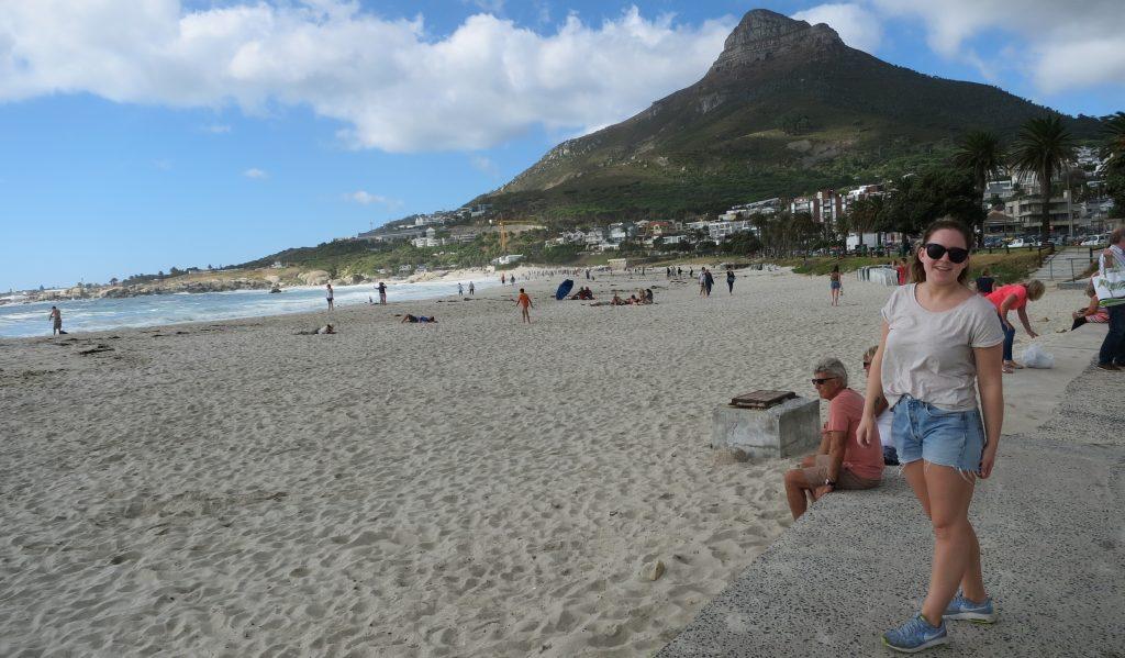 Nora koste seg på Camps Bay i Cape Town.