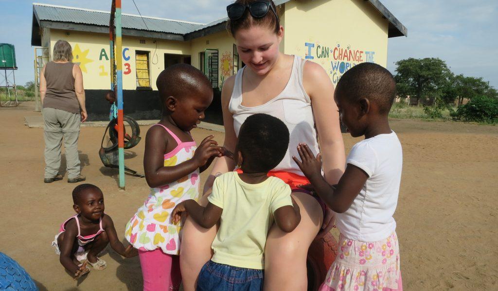 Nora koser seg med de afrikanske barna.