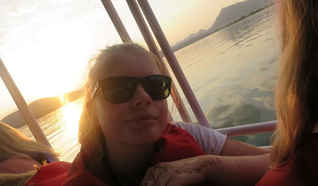 Det er klart Ingeborg måtte ta selfie med solnedgangen.