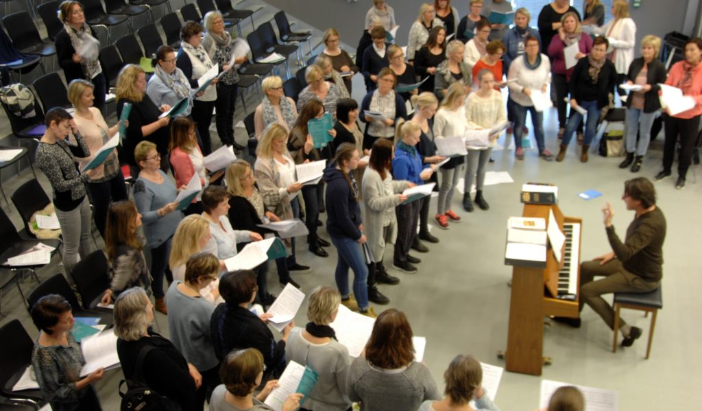 Aulaen på Eidsberg Ungdomsskole i Mysen har vært tatt i bruk flere helger på nyåret når hele 80 sangere har møtt opp for å øve inn de kor-tilpassede sangene ledet av dirigent Erlend Dalen ved pianoet.