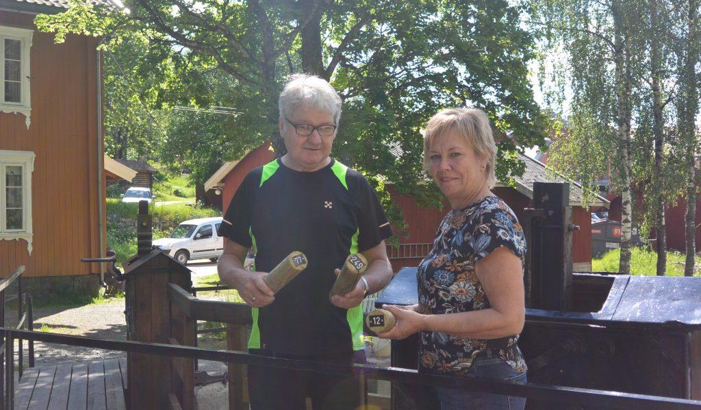 Ordfører Kjersti Nythe Nilsen og Ørje Ils Torfinn Langeland håper at riktig mange kjøper tømmerstokker og deltar i Ordførerens fløtærlotto.