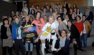 80 damer slipper seg løs i ABBA-hyllest